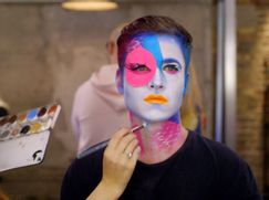 Glow Up: Britain's Next Make-Up Star Staffel 01 Folge 5: Die Drag-Queen Challenge